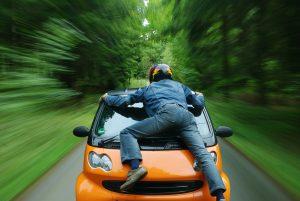 רוכב תלוי על רכב