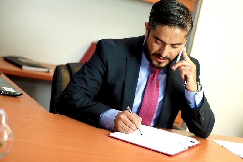 עורך דין בטלפון וחותם