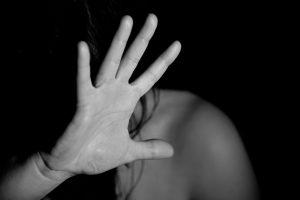 אישה מגנה מאלימות