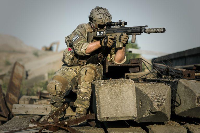 צלף צבאי מכוון למטרה בשעת מבצע