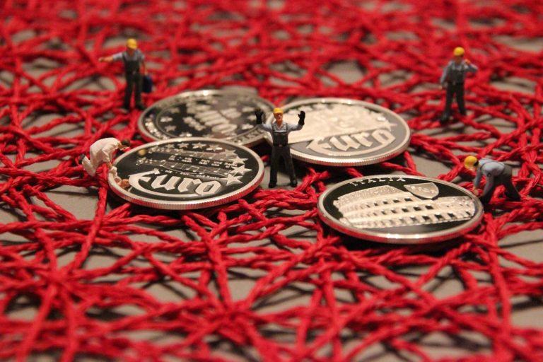 מטבעות על רשת אדומה